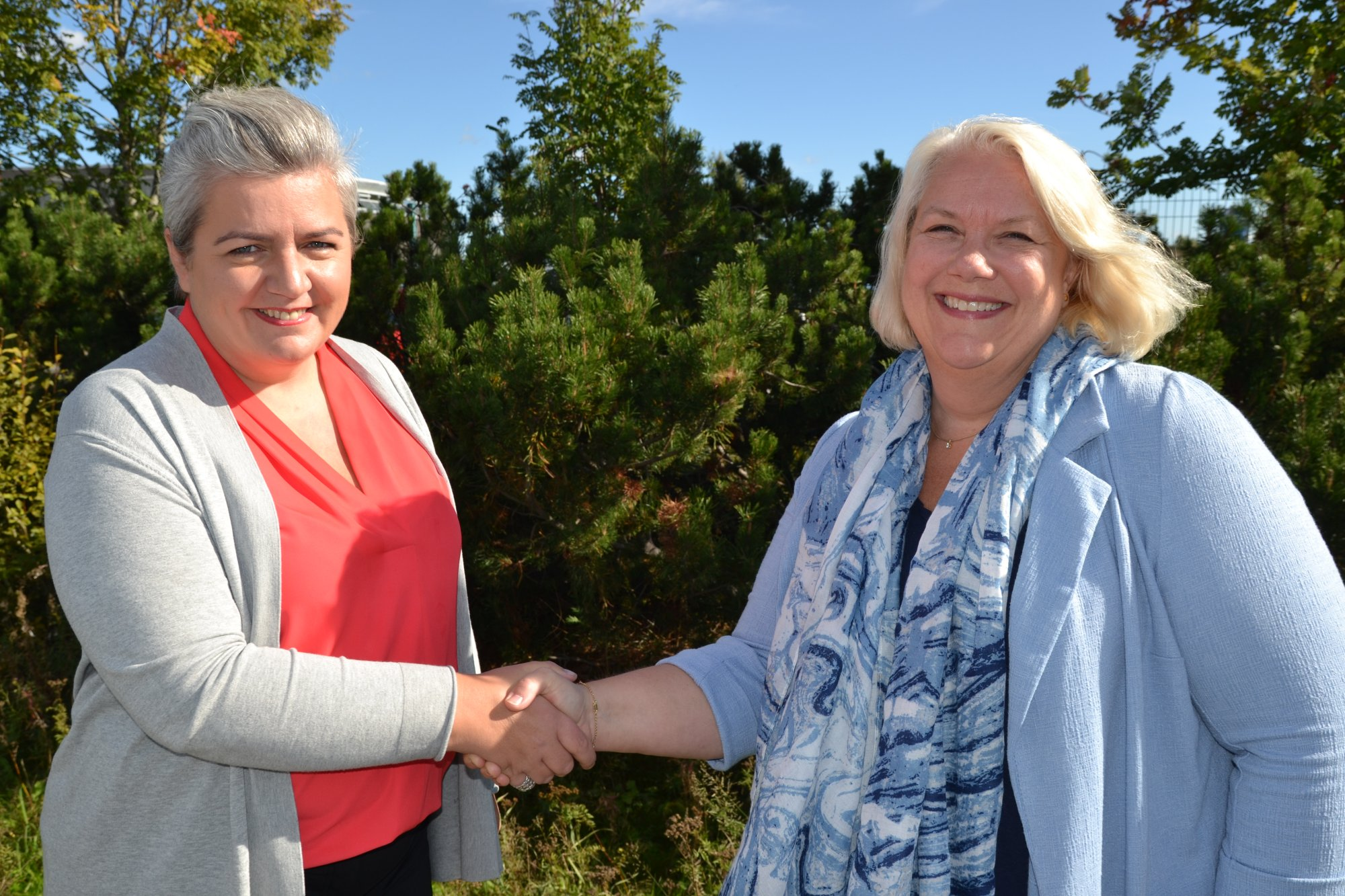 Sigrún Edda Eðvarðsdóttir (tv), ordförande för Heimili og skóli på Island är ny ordförande i Noko. Här välkomnas hon av avgående ordförande Gunn Iren Müller från norska FUG (th).