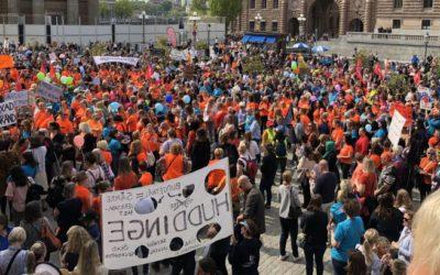 Här protesterar tusentals mot nedskärningarna i skolan